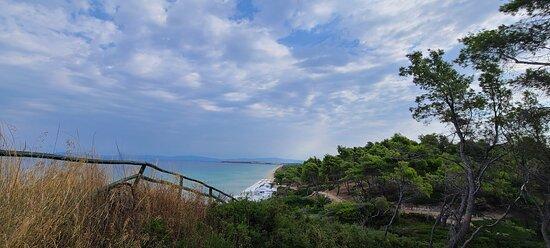Вид на пляж Буссолас с водонапорной башни