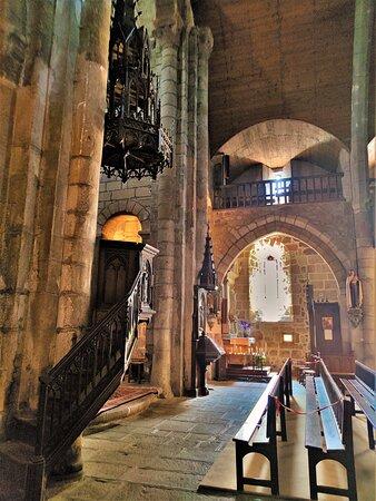 Eglise remarquable, la seule en Haute-Auvergne à posséder un déambulatoire, lieu de pèlerinage sur un des chemins de Compostelle. Elle existait déjà au 11ème siècle, la partie Est, chœur, déambulatoire, chapelles rayonnantes et chevet datent de cette époque.
