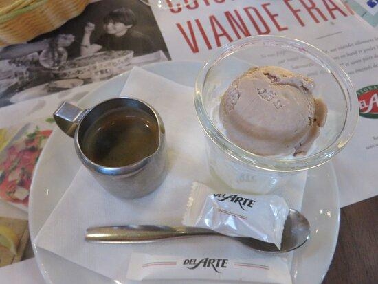verser le café chaud sur la glace praliné ! un délice  !