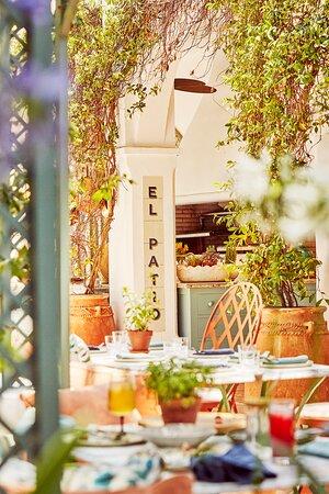 Este mágico santuario le invita a pasar el tiempo al aire libre durante todo el año.  Venga a tomar un café mientras lee el periódico, quede para almorzar, tomarse un aperitivo o disfrutar de un cóctel a última hora, y cene arropado por el perfume de las enredaderas de jazmines.