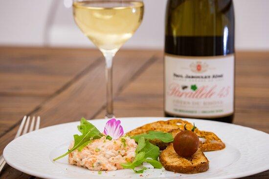 Rillettes de poisson frais et leurs toasts au piment d'Espelette avec un joli verre de Côtes du Rhône parallèle 45 bio blanc.