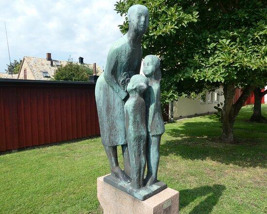 Statyn ''det Raka Och Det Böjda''