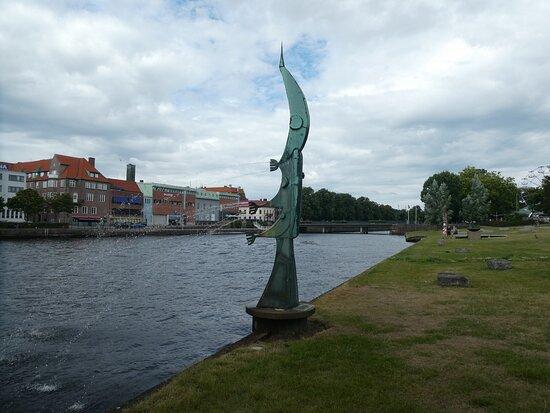 Statyn ''laxen Går Upp''