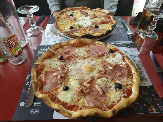 Pizza Casadéenne (au fond), pizza Vésuve en premier plan.