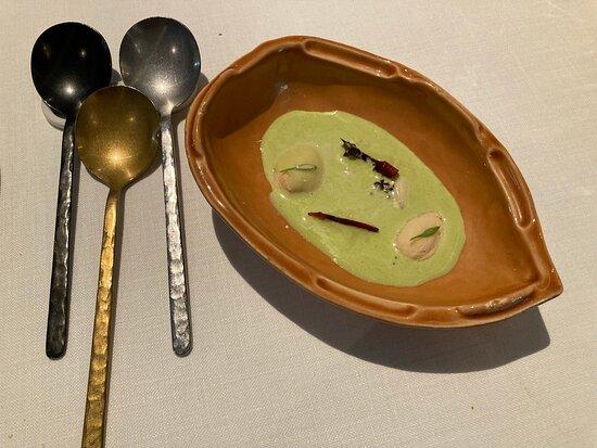 Sopa fría de almendra con agua de chufa y curry verde.
