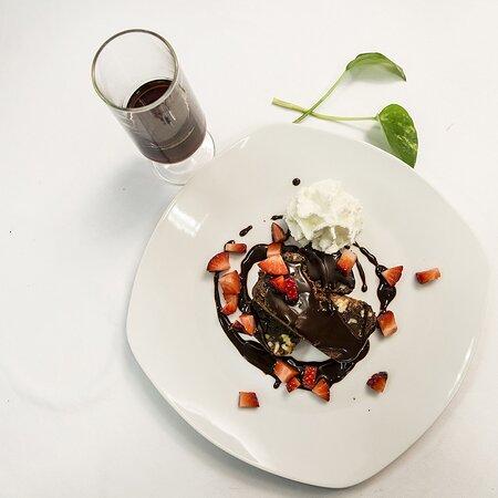 brownies caseros con nata, fresas y extra de chocolate