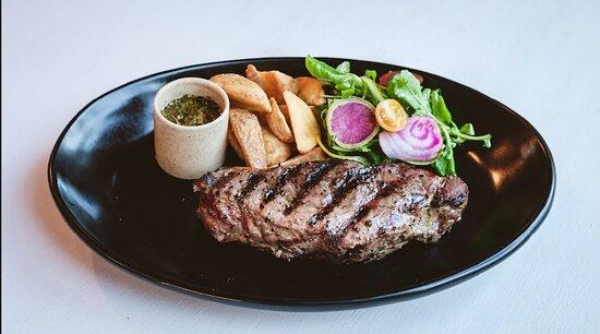 NY Steak a la parrilla con papas fritas , ensalada y Chimichurri casero