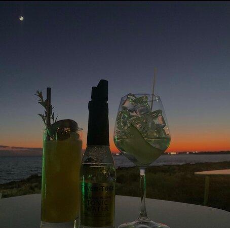 Non poteva mancare il nostro Drink Gambia e un Gin-tonic per portare a casa un impareggiabile tramonto !
