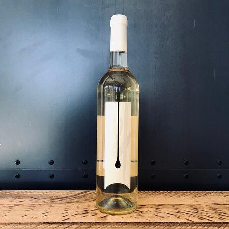 La gota, un vino muy especial de La Palma. con cuatro blancas y una tinta.
