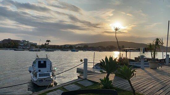 um deck tranquilo e relaxante com ótimo por do sol.