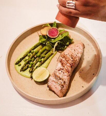 Salmon a la parrilla con pure de chicharos, esparragos al grill y ensalada fresca.