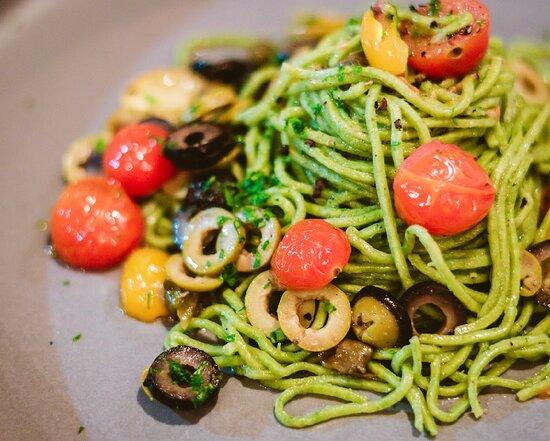 Spaghetti de espinacas con tomatitos cherries y olivas , Opcion VEGAN