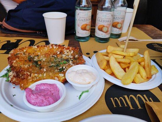 cotoletta di pesce spada con patatine fritte