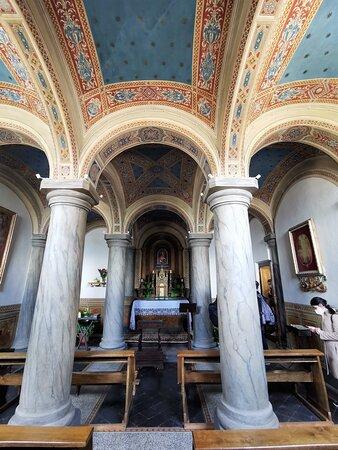 La cappella,con affreschi e altare