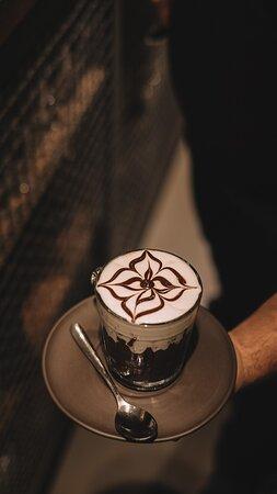 Sobremesa a base de bolo de chocolate meio amargo + ganache de espresso + panna da barista