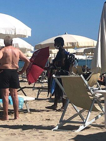 L'Ombrellaio con il suo fardello di …. Ombrelli 🌂  ☂️