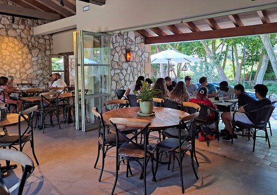 ¡Reúnete con amigos en Bar Restaurant Es Pont!