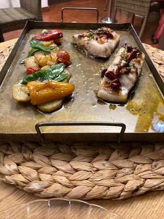 Corvina con patatas y pimientos al horno