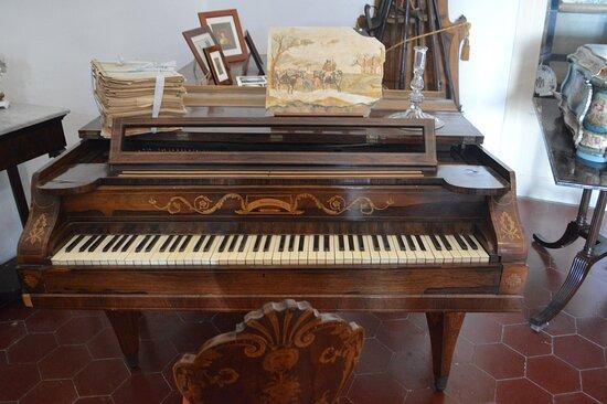 Antico fortepiano  all'interno di Villa Piccolo (Capo d'Orlando)