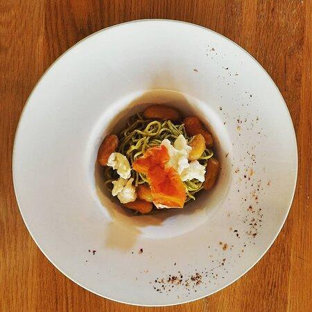 spaghetti al basilico con pomodorini e burrata