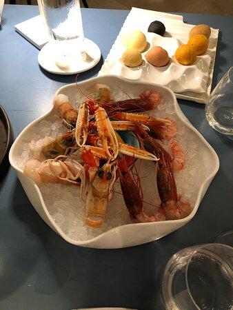Mezzi paccheri con gamberi rossi, tonno in crosta di tarallo, scampi e gamberi rossi crudi, polpo con lime crema di burrata e peperone giallo