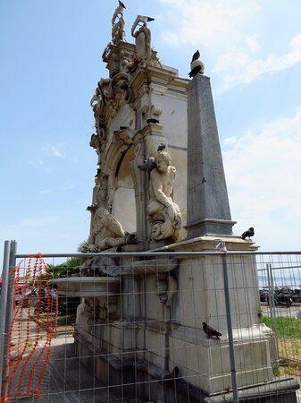 La fontana del Sebeto, dimora dei piccioni