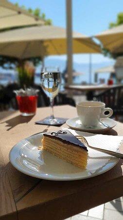 Torte mit Aussicht. Im Hintergrund der Bodensee