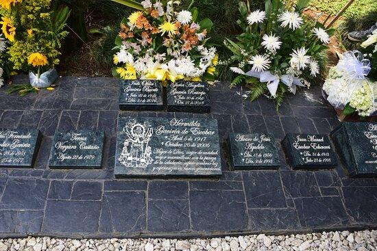 Medellin, Kolombiya: Самый большой камень - у матери Пабло Эскобара. Некоторые считают её основной вдохновительницей Медельинского картеля. И всегда ухоженная могила, всегда свежие цветы.