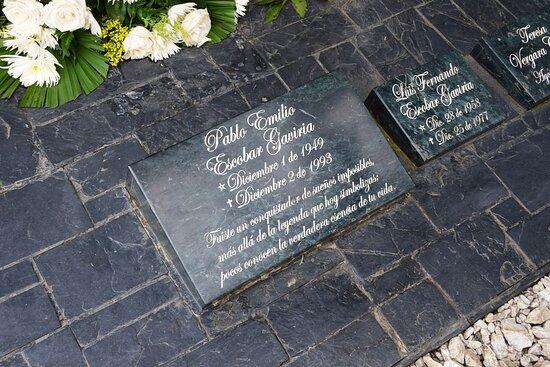 Medellin, Kolombiya: Надгробный камень Пабло Эскобара.