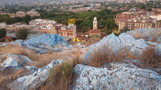 Con el paso de los años, este pequeño monte se ha convertido en historia y leyenda inmortal del Cabezo de Torres, la pintura azul en sus rocas ya va ligada al ADN de este pueblo