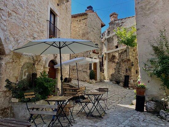 Santo Stefano di Sessanio, Italy: Uno dei borghi più belli d'Abruzzo, ben conservato, ricco di angoli suggestivi di accogliente bellezza