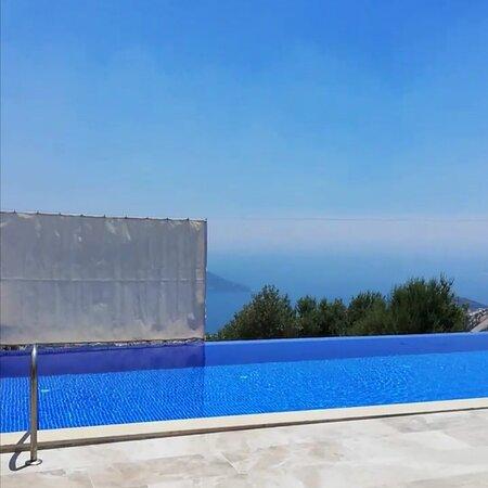 Kalkan, Turkey: Dilediğiniz gibi havuzu kapatabilir ya da manzaraya karşı yüzebilirsiniz Havuz standartların üstündedir, geniştir. 11 cm boy 4,5 cm en yetişkin havuzu 2 cm 2 cm çocuk havuzu 2cm 2 cm jakuzi