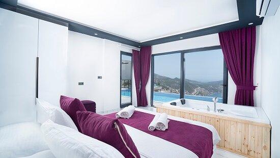 Kalkan, Turkey: Villa Ebru Çift kişilik odamızdan görünüm  Deniz manzaralıdır Jakuzi bulunmaktadır oda içinde banyosu bulunmaktadır