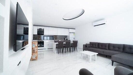 Kalkan, Turkey: Villa Ebru Açık mutfak ile salonumuzun görünümü  6 kişilik yemek masası  Her türlü mutfak gereçleri vardır