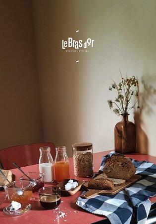 Montreuil-sur-Mer, Frankrig: Un petit déjeuner continental avec des produits frais vous sera proposé chaque matin (jus de fruits, pain, brioche, confitures, beurre, produits laitiers). Possibilité de mise à disposition de matériel pour enfant de - 2 ans : lit parapluie, chaise haute et poussette pour vos balades.
