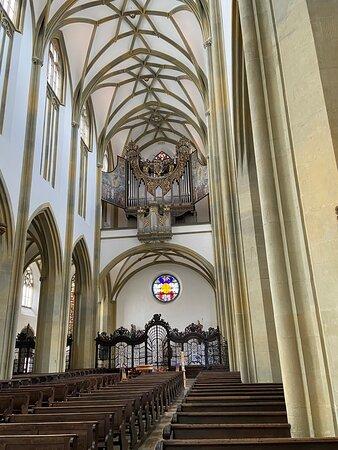 Mittelschiff nach Westen mit Blick auf die Orgel