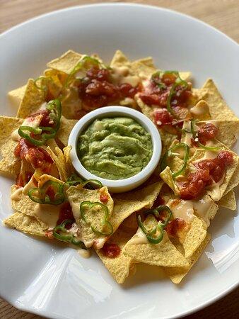 Nachos classique : sauce salsa, guacamole, piments frais et cheddar
