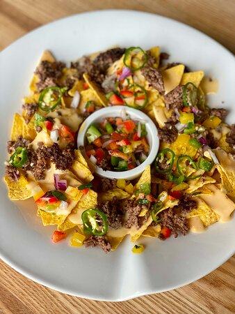 Nachos argentin : viande hachée, sauce Chioggia, maïs, piments frais et sauce cheddar