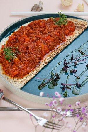 Чили Кон Карне – 300 гр / 390 руб MEXICO  Мексиканское национальное блюдо, дословный перевод которого означает «мясо с чили». Подается на тортилье с говяжьим фаршем в специальном остром соусе.  Рекомендуем с: вином КВВ Шираз ЮАР кр сух – 1900 руб