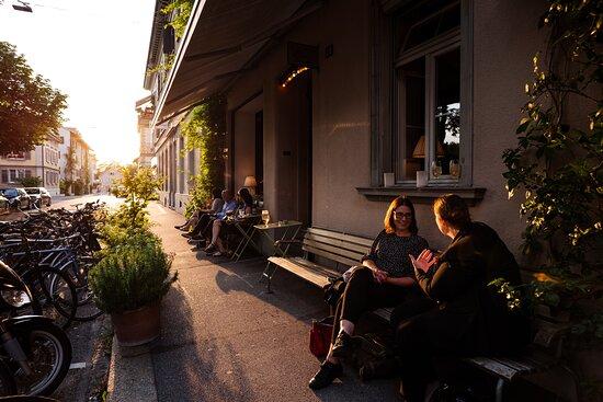 Plätze auf dem Trottoir in der Abendsonne