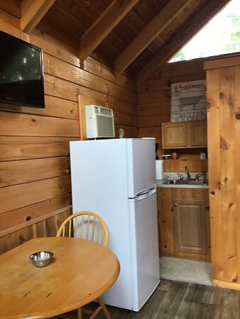 Colombia, KY: Little Bear is equipped with a kitchenette. There is access to a large charcoal grill in the center of the property.