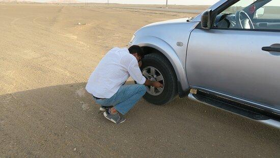 Mohamed sgonfia le gomme per entrare nel deserto