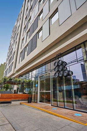 Popular de aquí y de allá San Isidro, se encuentra en el primer piso del hotel Ibis Styles en el corazón empresarial de Lima. Sus espacios icónicos otorgan a huéspedes y vecinos un lugar confortable y divertido para compartir.