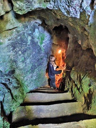 Pas de sensations fortes mais un parcours qui rappelle les premières difficultés de la spéléologie ; passages étroits et sol glissant. Bien se chausser et prévoir un petit vêtement pour l'ambiance fraîche (12degrés) rendra la visite plus confortable.  La visite est une invitation à un phénoménal voyage dans le temps. Ce monde de stalactites et stalagmites a progressé de 2cm par siècle, ces grottes naquirent il y a -150 à -200 millions d'années, tout cela m'a inspiré beaucoup d'humilité.