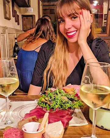 Cena in compagnia con tagliere e vino