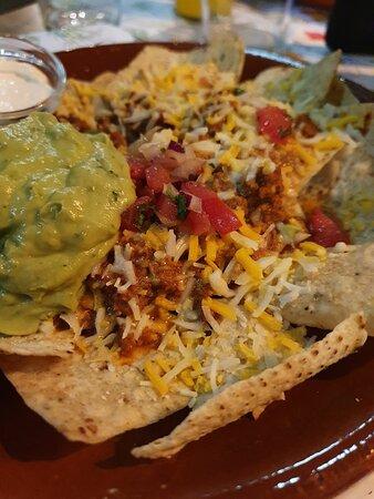 Nachos completos. Este plato pertence a una Fiesta Mexicana, el último fin de semana de cada mes lo celebramos con Fiestas temáticas y platos de otras culturas. ¡Anímate a probarlos!