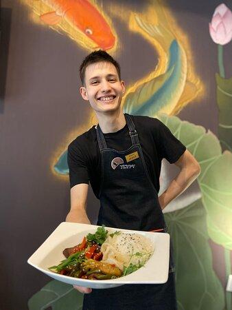 На фото вы можете увидеть улыбку наших официантов, когда вы приходите в гости 🧡 ⠀ Забронировать столик в Тсуру: 68-83-38