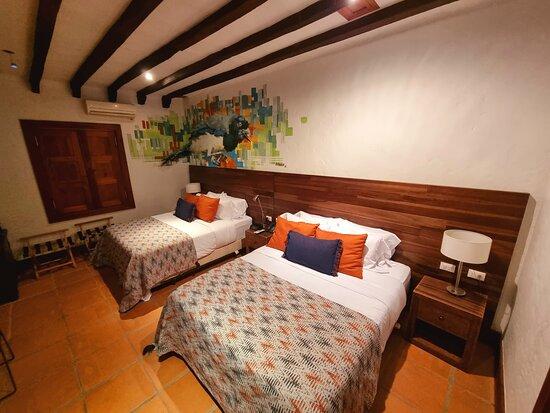 HABITACIÓN ESTÁNDAR TWIN Dos camas individuales… y todos los servicios de calidad como internet wifi sin costo adicional o caja fuerte en una habitación bañada con la luz de Santa Fe de Antioquia.