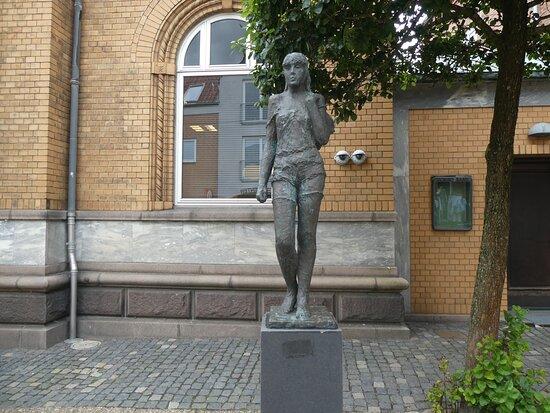 Statuen ''gående Pige''