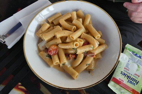 Ζυμαρικά με κρέμα γάλακτος και λαχανικά και ντοματινια